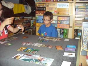 Maitena et Tristan choisissent leur première carte à jouer en début d'Âge 1...
