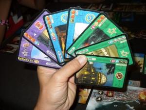 Avec ces deux cartes violettes, ces deux bleues et ces trois vertes, je suis bien embêté au moment de choisir laquelle jouer. Surtout que Tristan mise à fond sur les vertes et qu'il va se gaver si je ne fais pas attention...