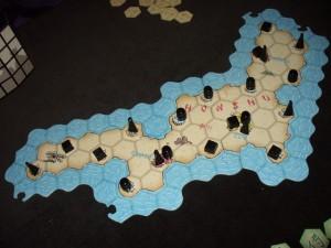 Comme nous sommes deux joueurs, nous ne jouons qu'avec deux morceaux du puzzle d'îles. On place au hasard les symboles, en respectant la seule contrainte de ne pas en avoir deux identiques sur une ville où on en met deux ou trois...