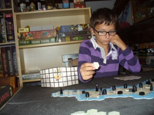 Tristan n'a eu aucun problème pour comprendre la règle de ce jeu limite abstrait et très malin...