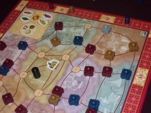 Yes ! J'ai remporté le jeton n°11 contre Fabrice de manière hyper serrée : nous avons joué 4 éléphants chacun mais il doit passer avant moi ! Ici, on va attaquer l'ultime tour et, là encore, je me dois de remporter le jeton octogonal pour espérer refaire mon retard (6 points)...