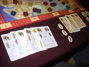 Et la bagarre est mémorable, sur les éléphants, entre Fabrice et votre serviteur !!! Finalement je remporte le fameux jeton, avec pas moins de 4 éléphants joués contre 3 à Fabrice ! Par contre, vais-je tenir le coup au niveau des longes de cartes en main à la fin ?