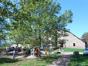 Au premier plan les jeux d'extérieur, en arrière plan le bâtiment accueillant la convention.