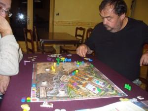 On voit que le cheval de Fabrice a atteint le Tibet, l'avant-dernière région du plateau et que, s'il parvient à rapidement y faire venir pions et comptoir, il devrait empocher un revenu assez énorme. Mais en aura-t-il le temps ? En effet, la partie s'arrête à la fin d'un tour où un joueur a atteint 80PV...