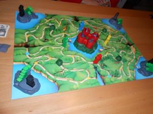 Le plateau représente un royaume où 4 princesses sont enfermées sur des îles gardées par des dragons. Les joueurs incarnent de valeureux chevaliers en quête de les délivrer. Le truc, c'est que chaque princesse est associée à un chevalier, via une pastille colorée collée sous elle. Il faut donc trouver SA princesse...