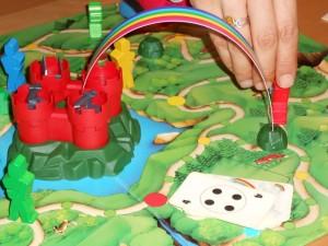 Ici, Julie vient d'envoyer son chevalier rouge au château en empruntant un arc-en-ciel magique qu'elle a préalablement placé là.