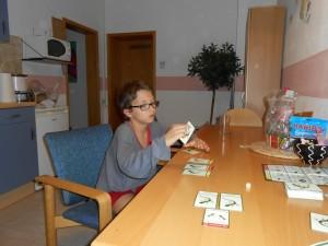 Ca combote pas mal, surtout que nous avons le plus souvent trois manières de jouer les cartes : animal (de dos), gène du haut ou gène du bas de la carte (ça dépend des cartes). Et puis, comme on peut garder des cartes en main d'un tour sur l'autre, finalement on a une très grande liberté d'action...
