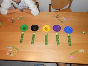 Ensuite les bonbons sont évalués précisément et les scores de chaque joueur notés. On peut donc attaquer une seconde manche, après avoir défaussé chacun un bonbon de son choix...