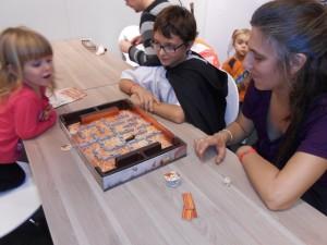 Le jeu est hyper amusant et je crois que Leila et Tristan ont sincèrement adoré...