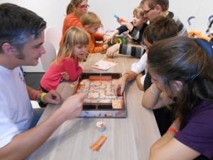 Voici donc un jeu soit à jouer avec des enfants soit à jouer un peu tard, en fin de soirée, entre adultes ayant envie d'un jeu pour finir la soirée en rigolant...
