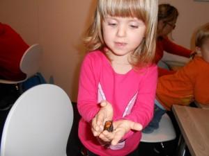 Bravo Leila ! Non seulement elle gagne cette deuxième manche (avortée car les piles de deux insectes successifs se sont vidées), mais surtout elle réussit à tenir la bestiole folle entre ses mains...
