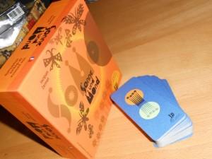 Quelle belle boîte ! Avec les deux couleurs complémentaires associées (bleu et orange), on a affaire à un jeu franchement esthétique. Au niveau du jeu, à 4 joueurs, on est associé deux par deux, avec un système de pose de cartes à la Keltis : on ne peut que jouer au-dessus ou au-dessous des cartes de sa série, jamais au milieu.