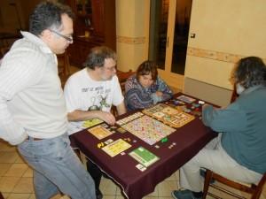 Nous jouons donc à 5 joueurs, comme lors de notre partie essenienne. Aura-t-on des scores similaires (de 100 à 167) ? En tout cas, une fois la règle expliquée (merci Sanjuro, ça m'a reposé que tu t'en charges...), on attaque assez rapidement et la partie semble tourner toute seule...