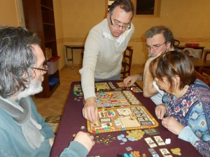 La partie est vraiment très plaisante et le jeu séduite grandement les joueurs attablés. Encore des convertis !