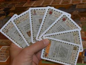 Chaque joueur dispose de la même main de 6 cartes, lesquelles vont être jouées une par une à son tour de jeu. L'effet est alors appliqué. Ensuite, la carte reste posée sur la table jusqu'à ce que toutes les cartes jouées soient reprises en main, via l'utilisation de la carte Tribune ci-dessus.