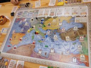 Sur la gauche, on voit que Ninon a colonisé la péninsule ibérique et le nord de la Mauritanie. Stéphane s'est concentré sur l'Allemagne. Tristan ne s'est pas beaucoup développé sur le plateau. Quant à Julie, elle est restée relativement au centre aussi. A noter qu'il ne faut pas se tromper d'objectif : à quoi bon se développer comme des fous si on n'a pas de cartes pour scorer ?