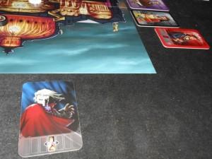 J'utilise le pouvoir du personnage rouge, histoire de piocher une carte alibi. Hop, je tire l'une des trois cartes fantômes et fais donc avancer la Carlotta d'une case supplémentaire...
