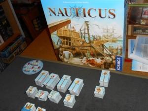 Magnifique et incroyablement bien remplie, la boîte de Nauticus semble très prometteuse. Aucun doute sur le thème, la gestion d'une flotte maritime, de la construction des bateaux, jusqu'au commerce des ressources et à leur acheminement...