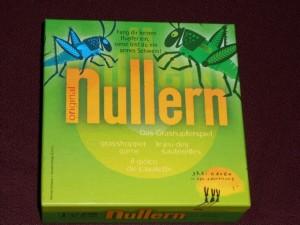 Nullern, ou le jeu des sauterelles, est un jeu qui m'a dérouté lorsque j'en ai lu règle. La raison ? Tout simplement qu'il est calqué sur un jeu de cartes des plus classiques, auquel j'ai joué de nombreuses fois avec mon cousin, avec un jeu de cartes classiques : l'Ascenseur (article détaillé sur Wikipedia : http://fr.wikipedia.org/wiki/Ascenseur_%28jeu_de_cartes%29).