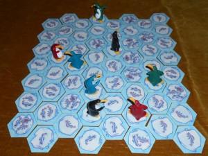 Seul -vrai- défaut du jeu, le temps de mise en place. Il faut dire qu'avec ses 60 tuiles hexagonales à positionner au départ, il faut presque autant de temps pour ce faire que pour jouer ! Lors de cette partie, Julie joue les 2 pingouins bleus, Tristan les noirs, Laurent les rouges et moi les verts...