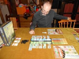 Pendant le premier 1/3 de la partie, à deux joueurs (Laurent avec les jaunes, moi-même avec les verts), on a l'impression que le jeu est assez automatique, avec des choix de tuiles à acheter qui sont fonction des décomptes à venir (ça ne changera jamais, d'ailleurs, cet aspect des choses, un peu comme à Im Reich des Drachen). Ce qui marche super bien, c'est la fluidité du tour de jeu : une tuile des années 70 est piochée, le décompte appliqué, puis le joueur actif joue 2 actiosn hyper basiques. Hop, au suivant...