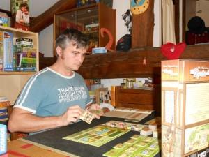 Oui, je joue tout seul, ça paraît toujours un peu bizarre et je ne suis pas très fan de cette situation. Dans ce jeu, finalement, le système de jeu reste assez semblable mais on perd quand même toute la saveur du guessing puisque, évidemment, on n'a pas à essayer de deviner les cartes jouées par les autres... puisque je suis tout seul ! :-)
