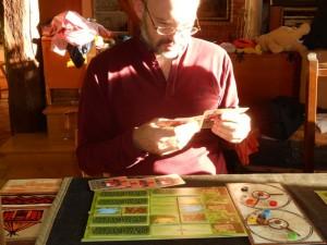 Le soleil va-t-il suffisamment faire mal à la tête de mon cousin pour ralentir son développement ? :-) Sans plaisanter, Laurent semble beaucoup apprécier le jeu, notamment le fonctionnement des roues de ressources, et je suis bien d'accord avec lui...