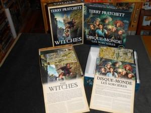 Le contenu des deux boîtes, à gauche la collector en anglais, chez Treefrog, à droite la normale en français, chez Iello...