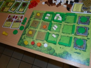 Et voici mon domaine, avec 3 pièces de pierre (yes !), aucune case vide, pas moins de 9 moutons (ça j'ai encore du mal à y croire...) et, surtout, plein de céréales et de légumes (objectif que je m'étais fixé). Je ne me souviens pas avoir aussi bien réussi une partie d'Agricola, c'est cool. Et puis, franchement, j'y ai pris beaucoup de plaisir...