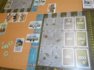 Ma zone finale, avec 7 de prestige (toujours !) et 14 d'argent, donc 98 points de victoire. Mais regardez bien le bâtiment de gauche que je m'apprêtais à construire si on avait continué...