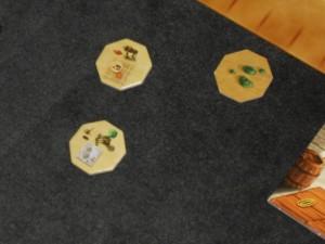 Ma tuile cachée est une tuile Cheval (qui rapportera sa valeur en PV, à moins que ce ne soit qu'un PV car il y a une contradiction dans la règle). Sinon, j'ai déjà empoché deux autres tuiles. Celle du bas me permet de prendre n'importe quelle tuile du marché et de la placer (très fort à mon avis). L'autre est un taureau qui se joue sur une case vide et celle-ci est considérée comme remplie (le joueur qui joue dessus récupère le taureau pour plus tard). Cette dernière est bien utile pour clôturer et décompter un Finca...