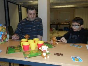 Et chpaf ! La noix de coco va gicler des mains du singe de Tristan, sous les yeux de Mathieu, ravi de découvrir ce jeu un tantinet OVNI...