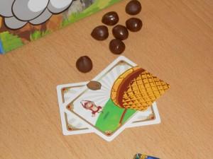 Chaque joueur dispose de deux cartes spéciales pour l'ensemble de la partie, celles-ci apportant des défis amusants : tirer de plus loin, tirer les yeux bandés, viser un panier précis, souffler pendant le tir d'un adversaire, ...