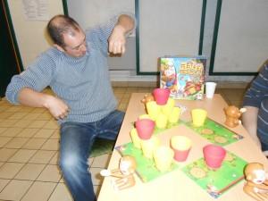A ce jeu, notre singe local, Lucarty, se débrouille avec brio et réussit la première pyramide de 6 paniers, ce qui lui fait remporter cette partie !