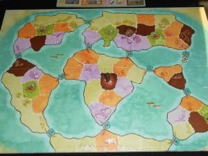 Le plateau, dans des tons pastels plutôt très lisibles, représentent le monde légèrement aménagé de manière figurative pour les besoins du jeu. Il y a 6 continents : l'Antarctique, l'Amérique du Sud, l'Amérique du Nord, l'Eurasie, l'Afrique et l'Océanie. Entre chaque continent, une tuile détroit est placée (exception : en Océanie, la tuile ne fait pas changer de continent). Chaque continent est découpé en  zones de couleur : jaunes, orange, violettes, marron (en lien avec un second plateau extérieur) ou vertes (zone de chasse).