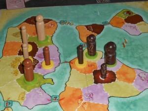 Un peu plus tard, alors que nous avons migré en Eurasie. Tristan a récupéré le jeton de détroit qu'il y avait entre les deux continents puisqu'il possédait les deux tribus de part et d'autre. Les zones vertes sont aussi fort tentantes puisqu'elles rapportent un gain immédiat de 3 à 5 points (jeton de chasse). Mais je crois qu'il ne faut surtout pas négliger les cartes violettes d'objectifs...