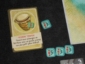 Certaines cartes action sont particulièrement violentes, comme celle ci-dessus que je viens de jouer contre Tristan, et c'est sûrement le jeu qui veut ça ! Je connais des joueurs qui n'apprécieraient pas trop...