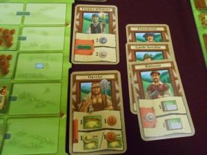 Voici mes 5 cartes jouées lors de la quatrième et dernière manche, avec notamment le fournisseur joué au tout début, pour construire, histoire de couper l'herbe sous le pied de mes adversaire qui l'avait aussi sélectionné (les 3 !). Du coup, ils n'avaient pas forcément les ressources en stock et ils ont dû (Fabrice et Françoise) se rabattre sur la prise de 2 ressources (et 1 pour les autres). Une possibilité de construction, donc, qui leur manquera...