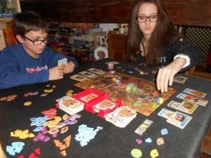 Tristan et Maitena adorent ce jeu, il n'est donc pas étonnant de les voir y prendre un plaisir non dissimulé, surtout lorsque c'est leur père qui couine ! :-)