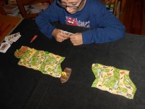 A ce moment du jeu, nous avons chacun fait arriver un pirate mais Tristan a une bien grosse main de 4 cartes alors que je n'en ai aucune ! Du coup, alors que nos autres pirates sont à peu près placés pareil, je ne vois pas comment ne pas le faire avancer pour récupérer des cartes. Ce qui me condamne, en fait... :-(