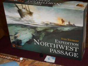 Austère, comme les glaces de l'Arctique doivent l'être, la boîte de Northwest Passage est on ne peut plus dans le thème : des bateaux qui tentent de franchir des mers emplies d'icebergs, des traîneaux qui tentent de les suppléer lorsque la glace gagne sur la mer, et de courageux explorateurs à pied en train de se réchauffer autour d'un feu salvateur...