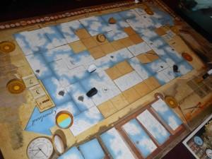 Voilà, il ne reste plus que deux tours pleins et il n'y a plus grand chose à faire. Malgré la présence du bateau blanc pas loin de mon bateau noir, je ne collecte pas le jeton Inuit visé au tour qui s'achève (il me manque un pion d'équipage pour cela !). Même si Fabrice peut le prendre avant moi au tour suivant, le fera-t-il ? Il est très en avance au score, cela lui coûterait 6 pions d'équipage sur 7 et il a peut-être mieux à faire...