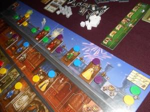 Dernière photo illustrant cette partie, avec la montée des demoiselles et damoiseaux issus des appartements du roi pour qu'ils aillent se pavaner sur la terrasse. Je ne suis pas mécontent d'avoir bloqué deux cases de robes... On va donc pouvoir passer au décompte et vous pourrez constater combien les scores peuvent être serrés à partir de stratégies complètement différentes. Ainsi, pour les deux stratégies les plus opposées : Fabrice a joué une très grosse main de cartes, qu'il a bonifiée financièrement très régulièrement, alors que j'ai misé sur l'épuration permanente de mon deck, pour faire revenir mes cartes plus rapidement. Quel jeu !!!