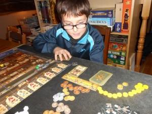 """Tristan apprécie beaucoup le système de jeu et le thème. Il se lance dans une stratégie """"plein de cartes"""", en tout cas pendant les premiers tours..."""