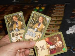 Ma main de trois cartes pour la cinquième manche. Celle du milieu me rapportera quelques points de victoire, à condition que je joue d'abord mon maître pour placer une nouvelle robe, ce qui me fera deux fois trois robes...