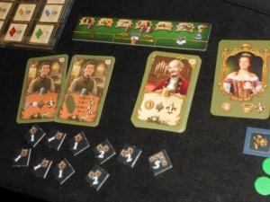 Finalement, outre ma belle position sur la terrasse, je cumule de nombreux jetons de PV acquis en cours de partie, grâce à mes deux cartes bonifiant le nombre de robes, et je score beaucoup grâce à la carte orange liée au nombre de cartes (j'en ai 11 pile !)... Et la carte 1er joueur en main à la fin, c'est cool aussi...