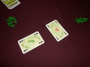 Oulhala ! Tristan se retrouve à empocher encore deux cornichons avec une carte 2 !!! Il en est à présent à 5 cornichons contre toujours 4 à Odile. Il ne reste, selon toute vraisemblance, plus qu'une seule manche. Mais quelle tension !!!