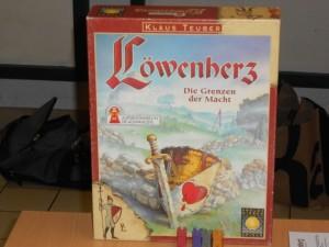 Löwenherz est vraiment un jeu mythique pour moi, mais ça vous le savez déjà. Cependant, cette partie va permettre à mon gone d'y goûter, j'espère qu'il appréciera et qu'il réussira à ne pas trop tomber dans les pièges de la négociation, âpre et guère veloutée, à laquelle nous allons le soumettre...