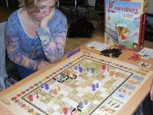 Oui, Löwenherz est un jeu qui fait réfléchir. Surtout qu'avec cet ultra vicieux système de 3 actions pour 4 joueur, on doit toujours mesurer si on peut accepter de n'empocher que de l'argent en lieu et place de l'action visée... De mon côté, j'ai fait le choix de prendre une carte politique. Vous savez laquelle ?