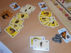 Alors là ! Chapeau !!! Lors d'une mise cachée réalisée à 3 joueurs pour le gain d'une action comportant 2 boucliers, je mise 16, me disant que ça devrait le faire... Mais non de non ! Caroline étale crânement pas moins de 9 cartes de 3, soit 27 en valeur !!! Tristan, avec ses 11 est très très loin...